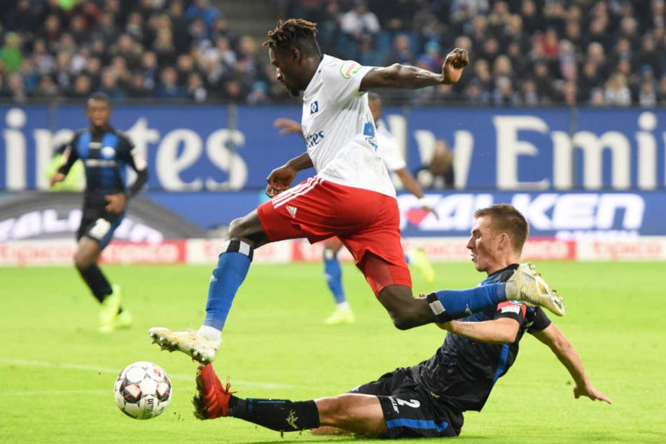 HSV-Profi Bakery Jatta (oben) setzte sich im Zweikampf gegen Paderborn Uwe Hünemeier durch.