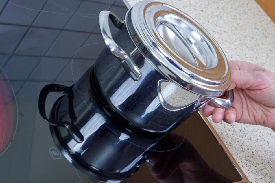 Wenn man beim Kochen einen Deckel auf den Topf setzt, spart man Strom.