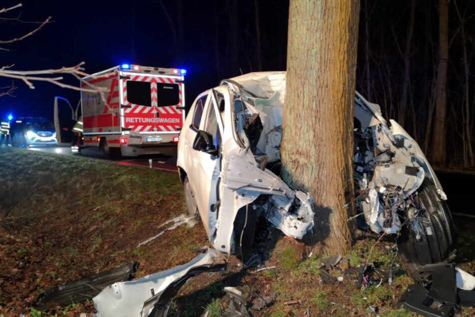Horror-Crash: Junge Frau prallt mit Auto gegen Baum und stirbt