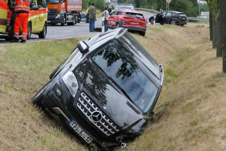 Eine Personen wurde bei dem Unfall verletzt. Der abgerissene Reifen des Mercedes blieb auf der Straße liegen.