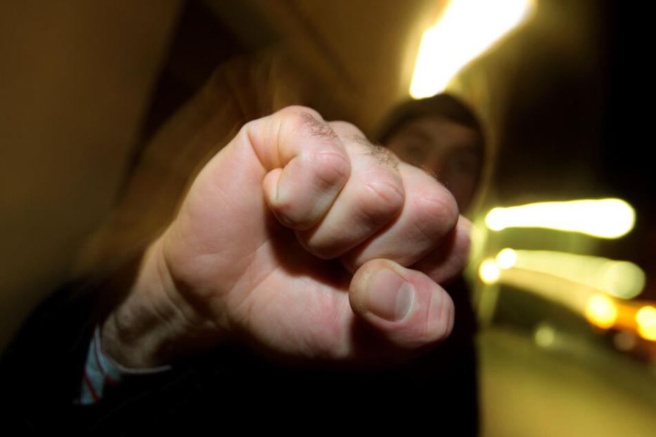 Eine 19-Jährige wurde bei einem Streit verprügelt. (Symbolbild)