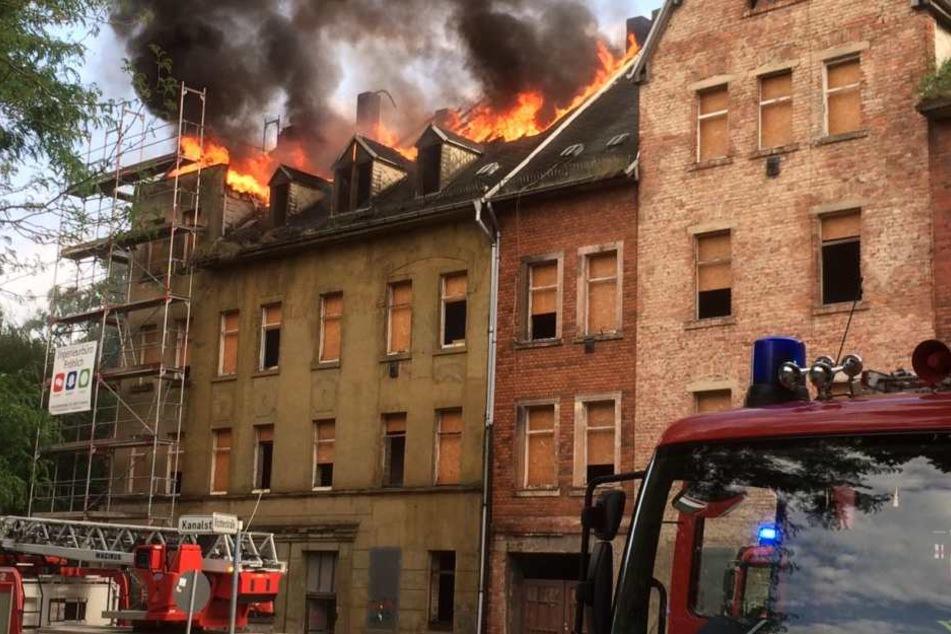 Offenbar haben Schweißarbeiten den Brand im Dachstuhl ausgelöst.