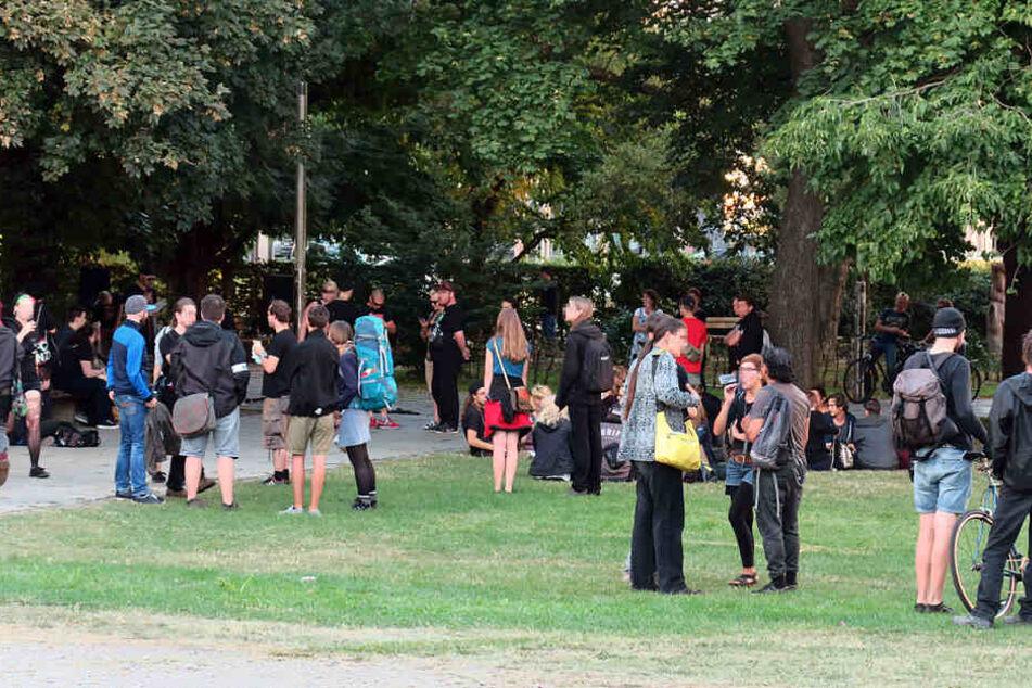 """Die Gegendemonstranten von """"Chemnitz nazifrei"""" sammelten sich zunächst im Stadthallenpark und demonstrierten dann in unmittelbarer Nähe zu Pegida."""