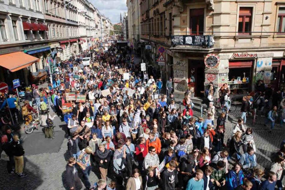 """Die vielen Klima-Demonstranten an der Görlitzer Straße Ecke Louisenstraße. Das """"Assi-Eck"""" ist gut gefüllt."""