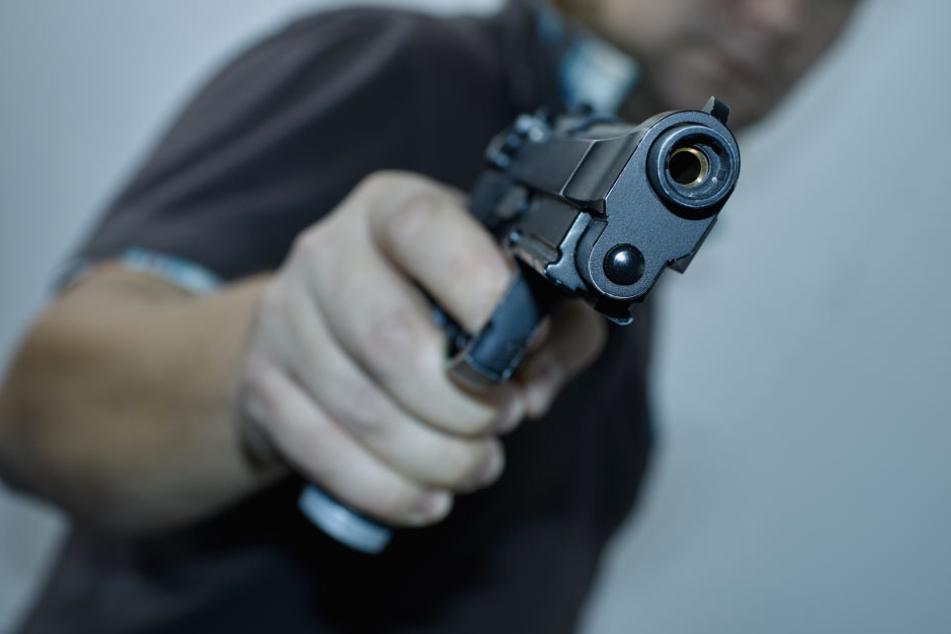 Mann droht Verkäuferin mit Pistole, doch plötzlich ist er weg