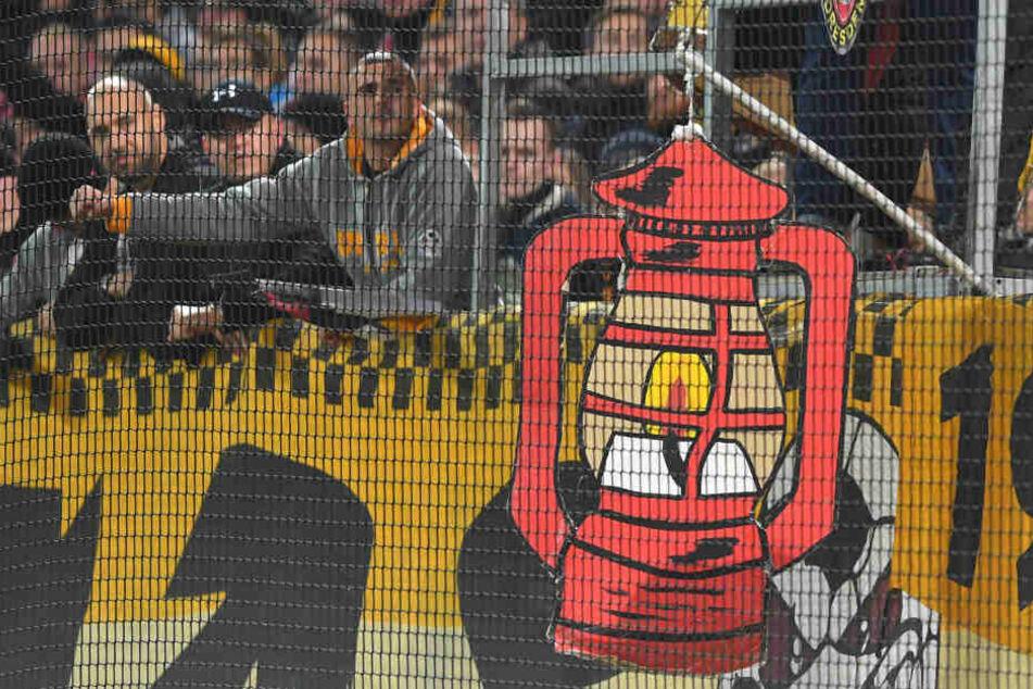Die Dresdner Fans hängten sinnbildlich die Rote Laterne am Fan-Block auf.