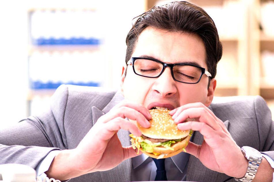 Der Burger im Büro zählt nicht gerade zu den gesündesten Nahrungsmitteln.