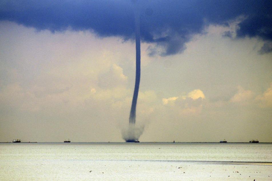 Obwohl sie häufiger vorkommen, sind Fotos von Wasserhosen auf der Nordsee selten. Das Bild zeigt das Wetterphänomen im niederländischen Wattenmeer (Archivbild).