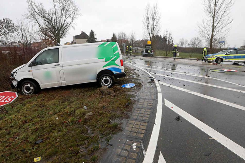 Der Transporter landete bei dem Unfall in einem Gebüsch.