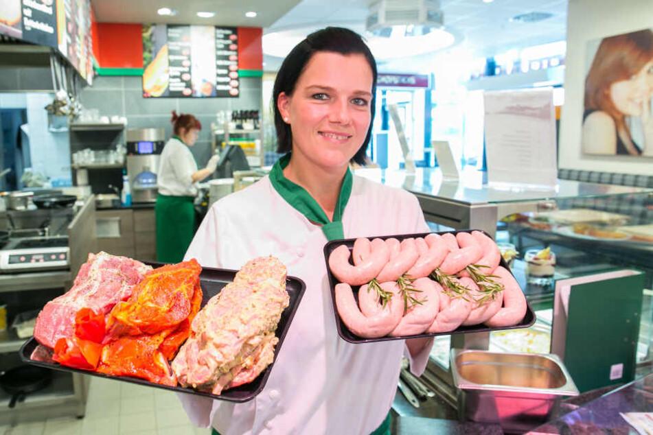 """Fanny Graf (34) aus der Fleischerei Richter verkauft derzeit die Grill-Renner """"Erzgebirgische Rostbratwurst"""" und """"Bautzener Steak"""" am meisten."""