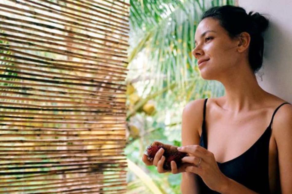 Janina Uhse (29) sendet sexy Urlaubsgrüße aus dem Singapur-Urlaub.