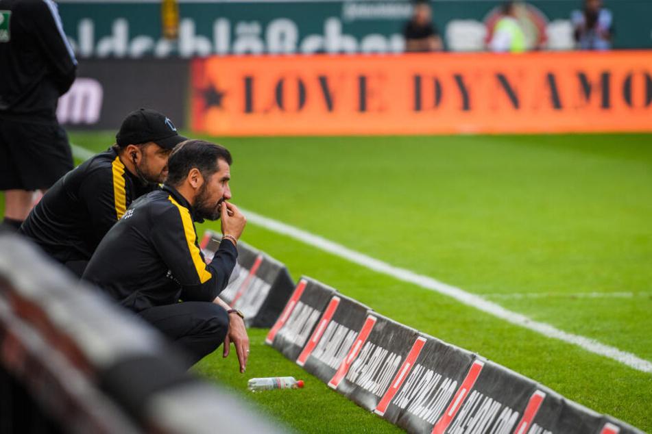 """""""Love Dynamo"""" steht Schwarz auf Orange auf der Bande. Heute müssen alle, Trainer Cristian Fiel (r.), die Spieler und die Fans zeigen, dass dem so ist."""