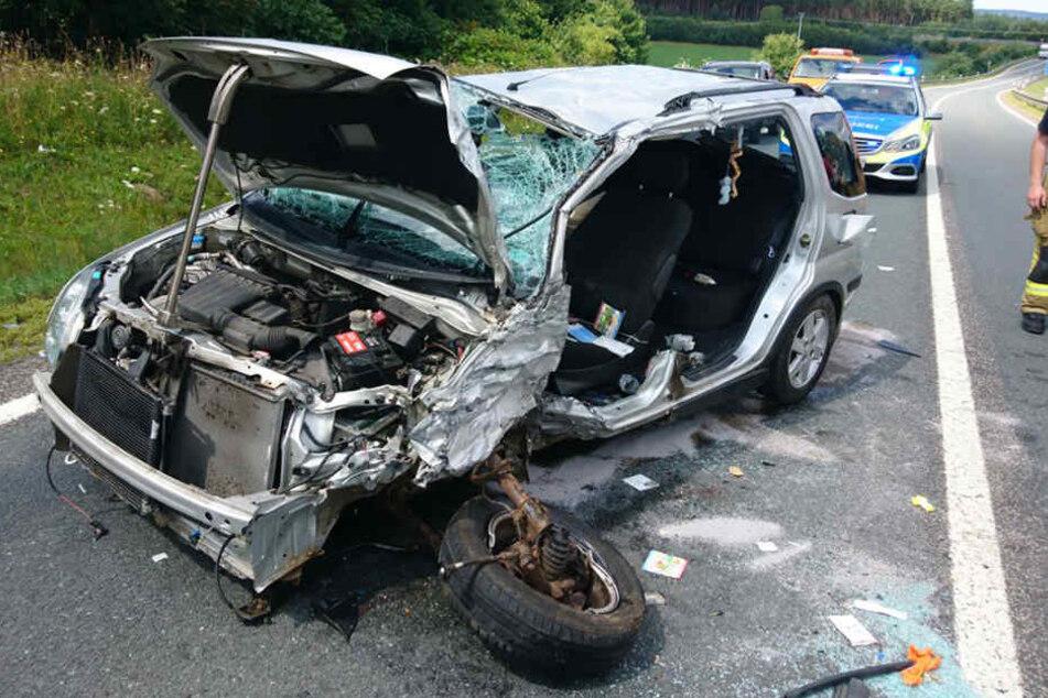 Der Fahrer des Suzuki musste aus dem Wrack gerettet werden.