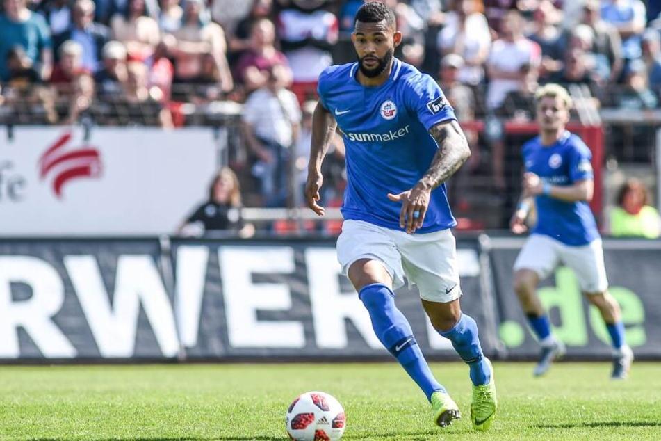 Ablösefrei kommt der Offensivspieler von Hansa Rostock.