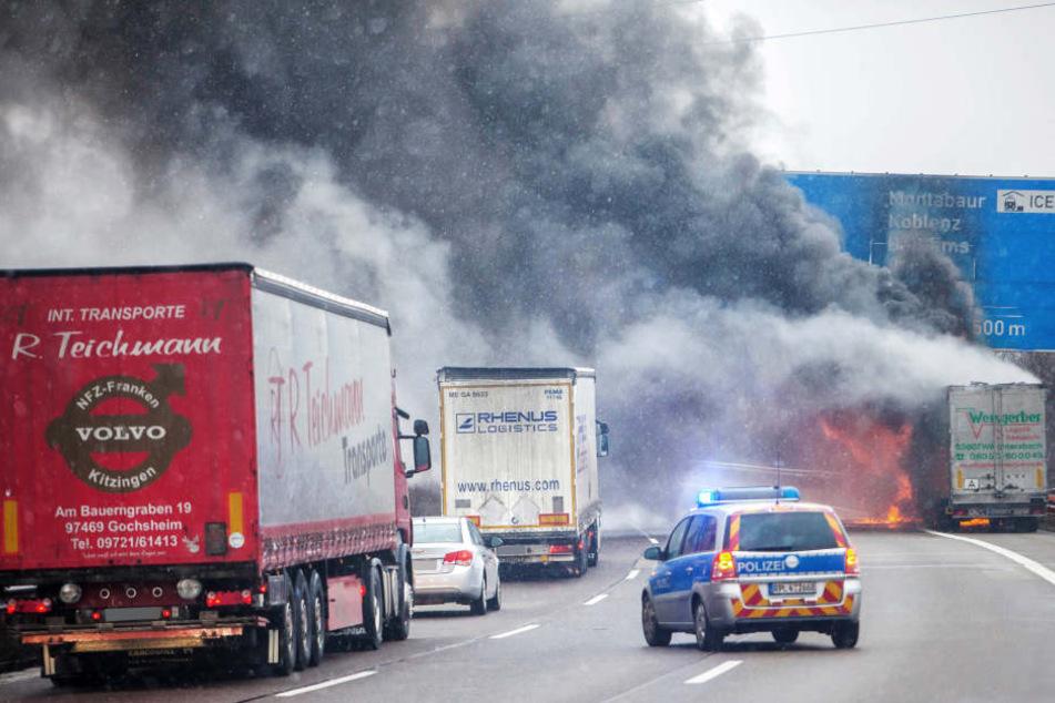 Dunkle Rauchschwaden über der A24: Lkw mit Styropor in Flammen