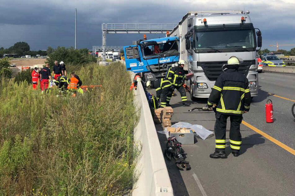 Die Rettungskräfte versorgen die verletzten Fahrer.