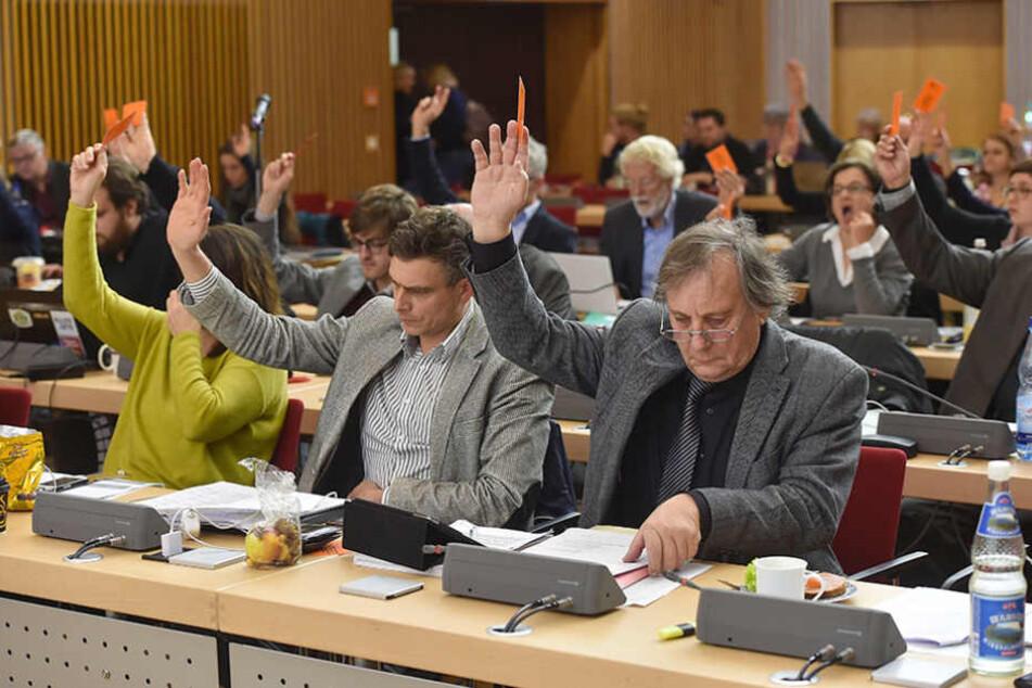 Abstimmungen per Handzeichen soll es im Stadtrat nicht mehr lange geben.