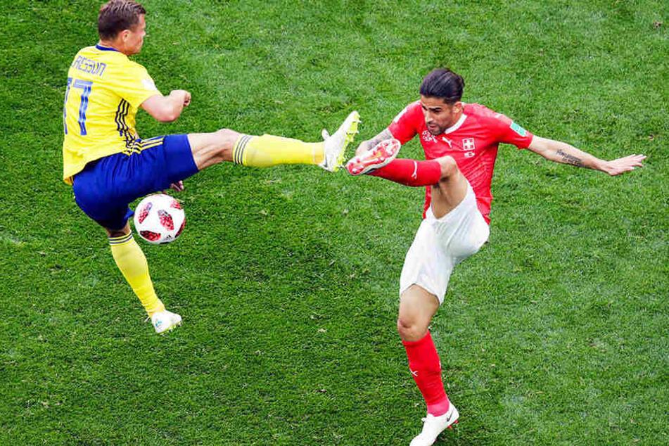 Hoch die Beine: Der Schwede Viktor Claesson (l.) und der frühere Wolfsburger Linksverteidiger Ricardo Rodriguez (r.) im Zweikampfduell.