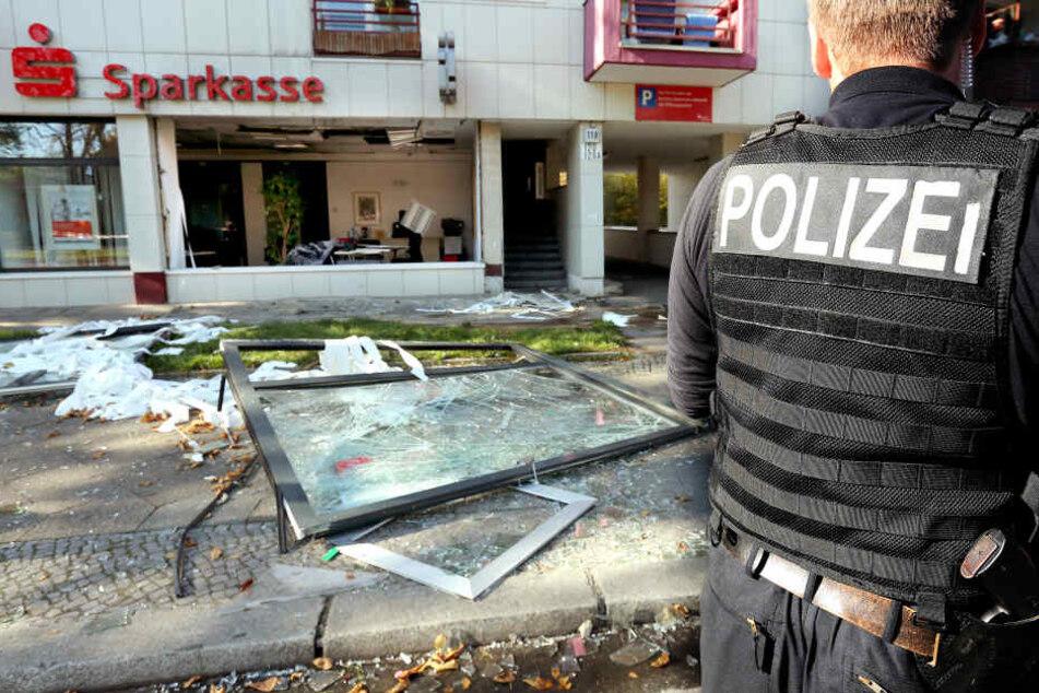 2014 sprengten sich vermutlich Clanmitglieder zu den Schließfächern einer Sparkassen-Filiale. Daraufhin wurden von der Polizei 77 Immobilien beschlagnahm.