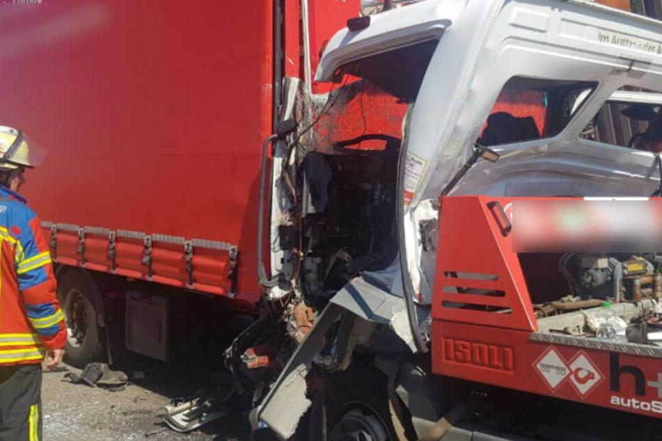 Beim Crash auf der A5 sind unter anderem dieser Lkw und der Abschleppdienst beteiligt gewesen.