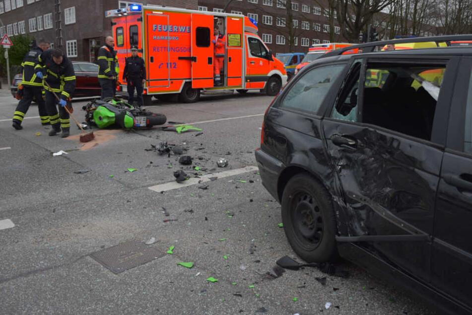 Motorrad kracht in Auto: Zwei Personen schwer verletzt