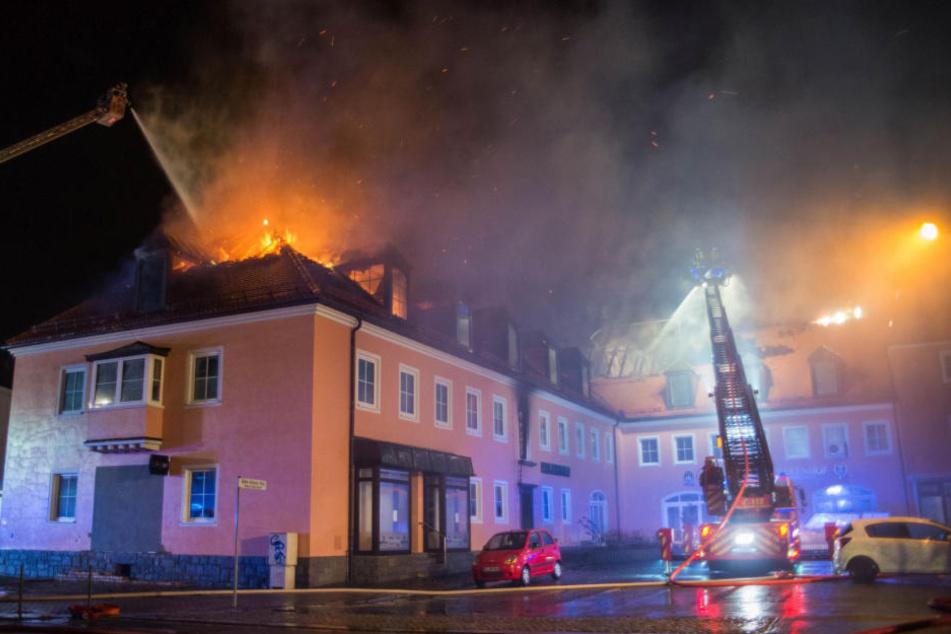 Eine geplante Asylunterkunft in Bautzen steht im Februar 2016 in Flammen. Ob ein Angriff auf die Asylunterkunft Brandursache war, ist bis heute ungeklärt.