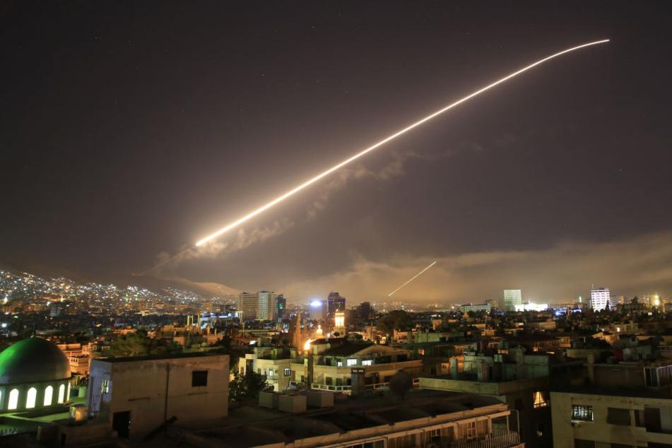 Kurz darauf waren schwere Explosionen in der Hauptstadt Damaskus zu hören.