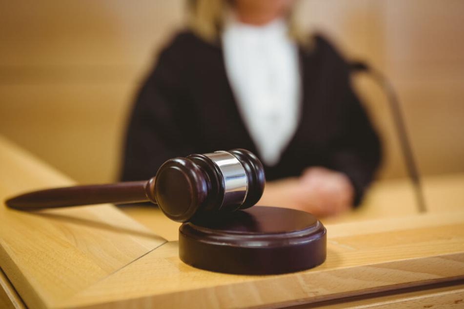 Eine Richterin (36) steht als Angeklagte wegen Betrugsverdacht vor dem Düsseldorfer Landgericht (Symbolbild).