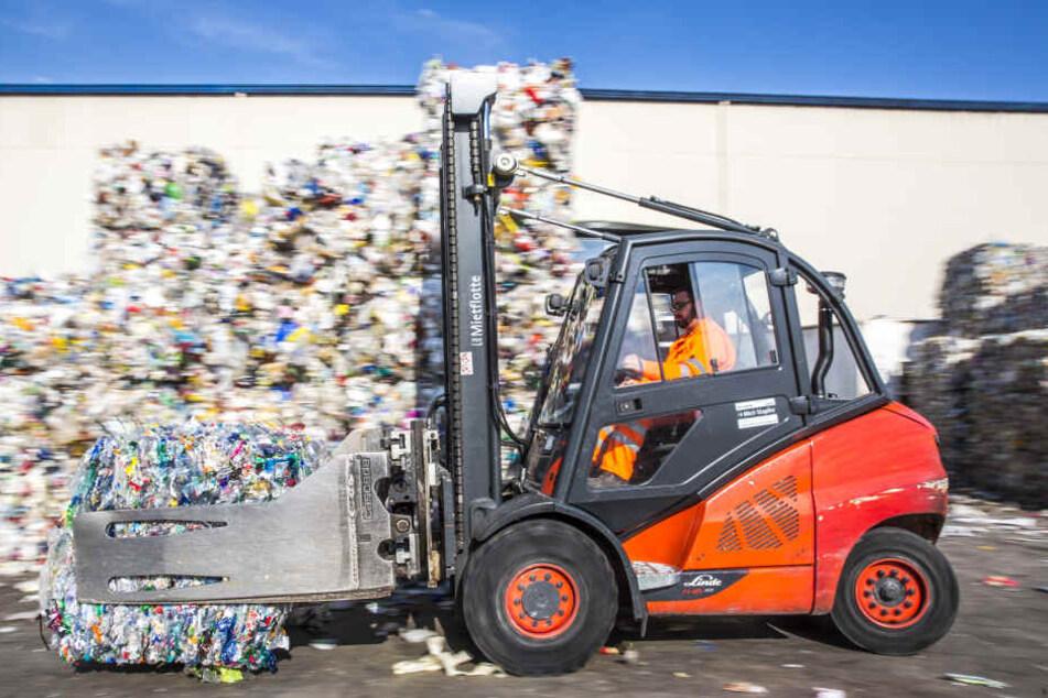 Die getrennten Materialien werden in Ballen gepresst und von Dresden aus in deutsche Recyclinganlagen transportiert.