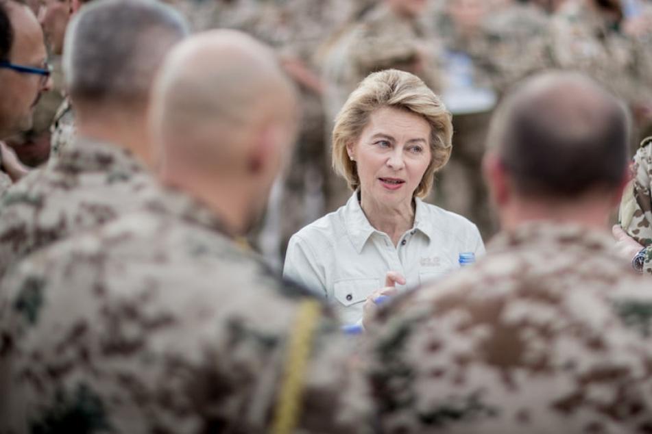 Verteidigungsministerin Ursula von der Leyen (59, CDU) will die dringendsten Mängel bei der Bundeswehr beseitigen.