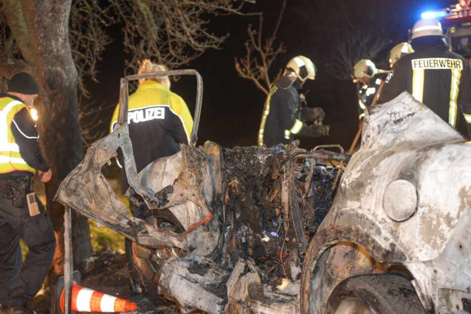 Drei der vier Insassen verbrannten offenbar eingeklemmt in ihrem Wagen.