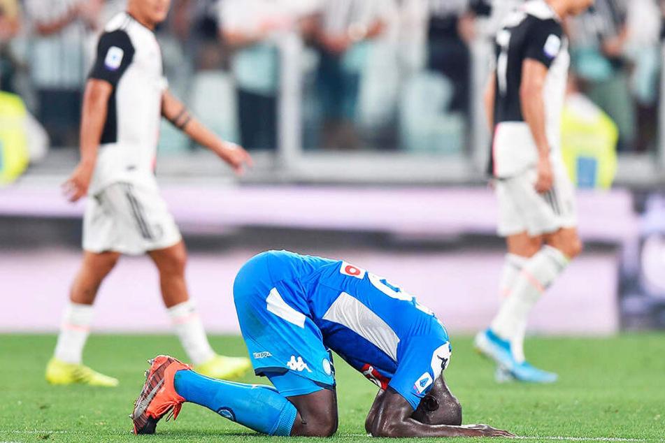 Am Boden zerstört: Neapels Abwehrchef Kalidou Koulibaly schoss ein bitteres Eigentor in der Nachspielzeit. Dadurch gewann Juve am Ende mit 4:3.