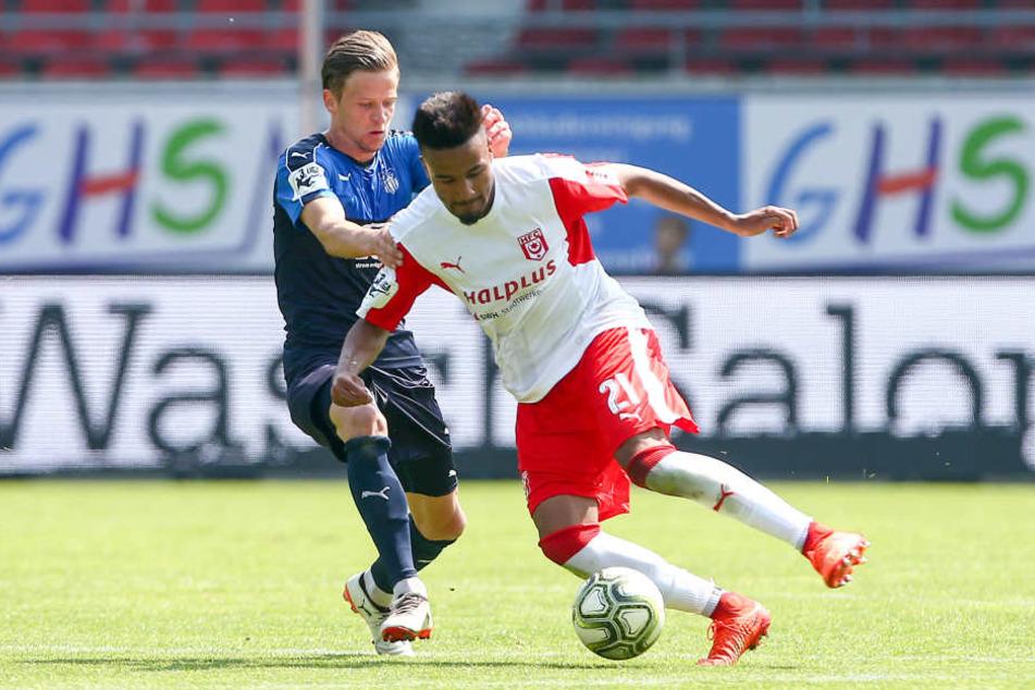 Bentley Bexter Bahn (links) in seinem letzten Spiel für den FSV Zwickau. Und das ausgerechnet gegen seinen neuen Arbeitgeber Halleschen FC.