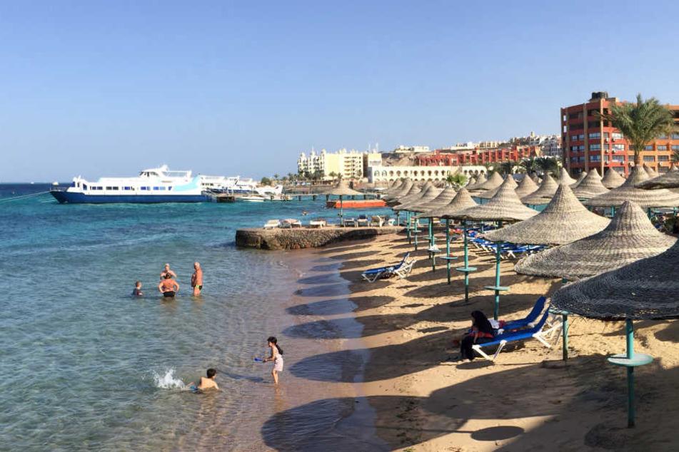 An einem Hotel-Strand in Hurghada kam es zu der tödlichen Messerattacke, die zwei deutschen Frauen das Leben kostete und angeblich vom IS in Auftrag gegeben sein soll (Symbolbild).