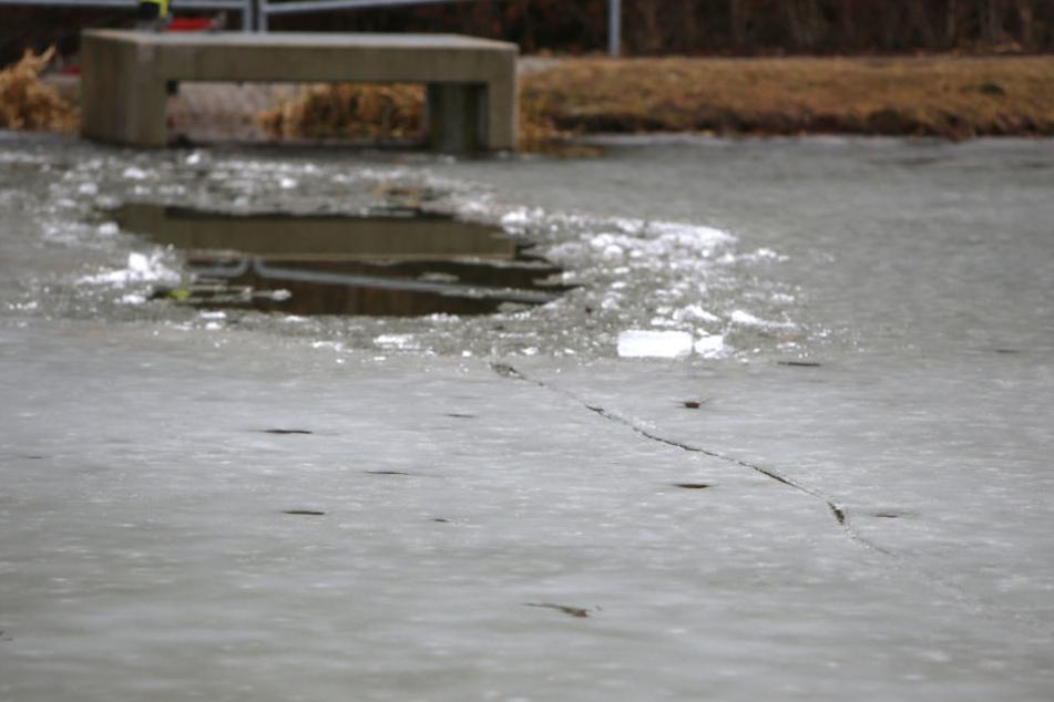 Die Spuren des Fahrrads zur Einbruchstelle sind deutlich auf dem Eis zu sehen.