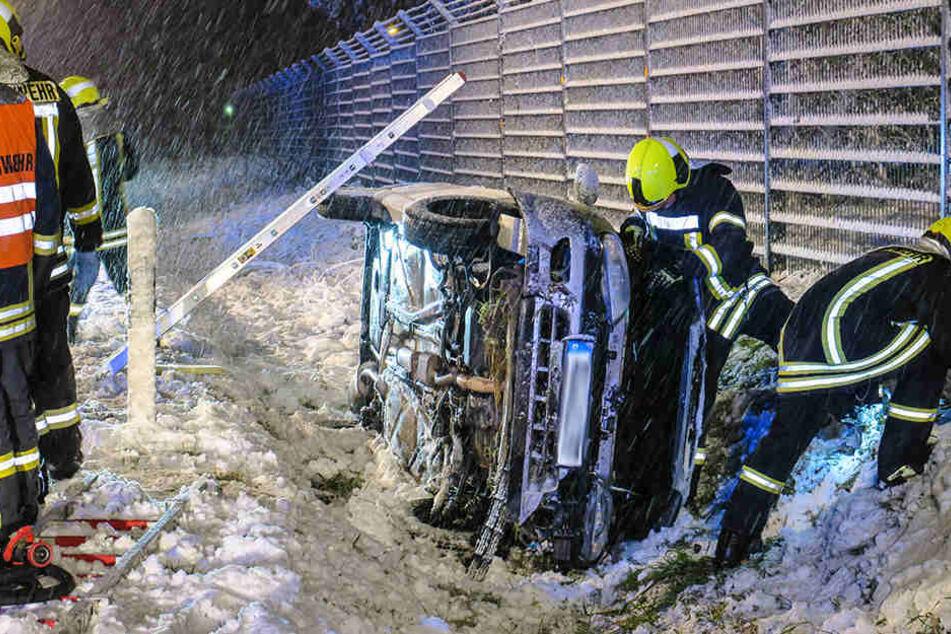 Bei Schneeberg kam ein Autofahrer von der Straße ab, sein Fahrzeug blieb auf der Seite liegen.