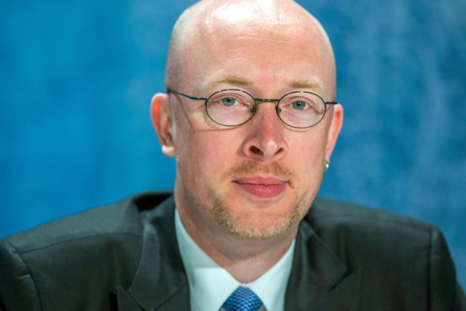 Verkehrsminister Christian Pegel bei einer Pressekonferenz in Schwerin.