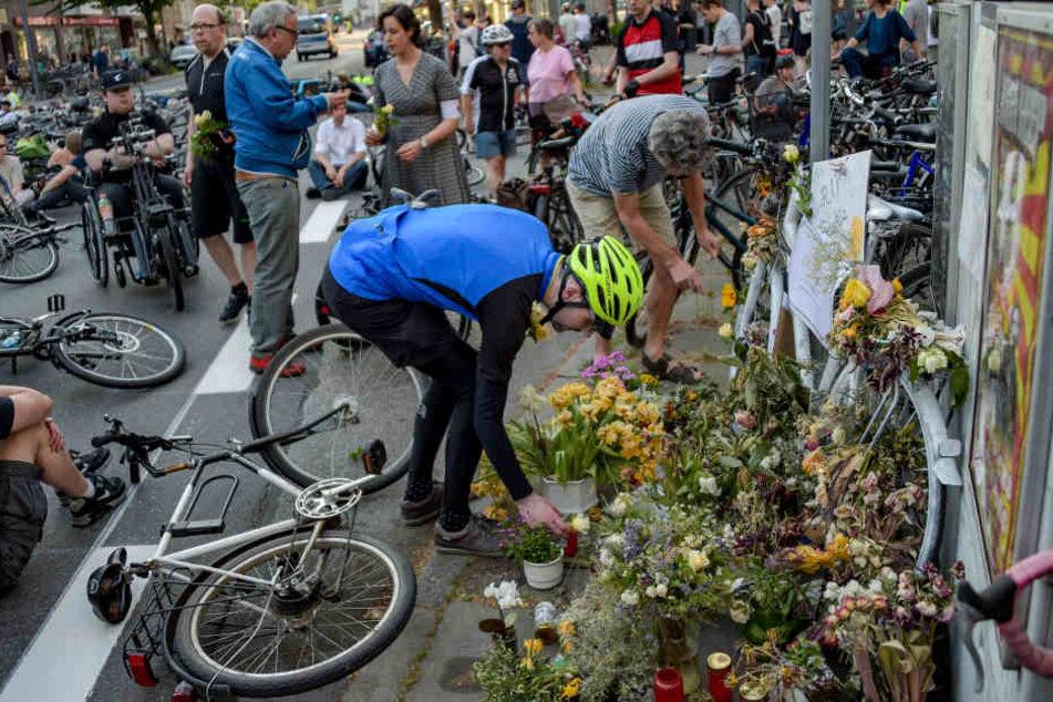 """Radfahrer legen beim """"Ride of Silence"""" am Unfallort Blumen nieder."""