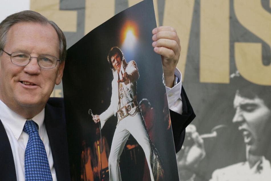 """Ed Bonja, ein ehemaliger langjähriger Elvis- Presley-Konzertfotograf, hält am Montag (13.08.2007) in Berlin zur Eröffnung der Sammlung """"Elvis - Die Ausstellung"""" eines seiner bekannten Bilder in den Händen."""