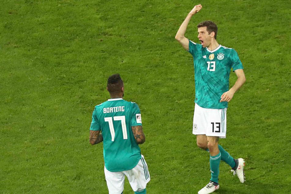 Thomas Müller (rechts) jubelt über seinen Treffer.