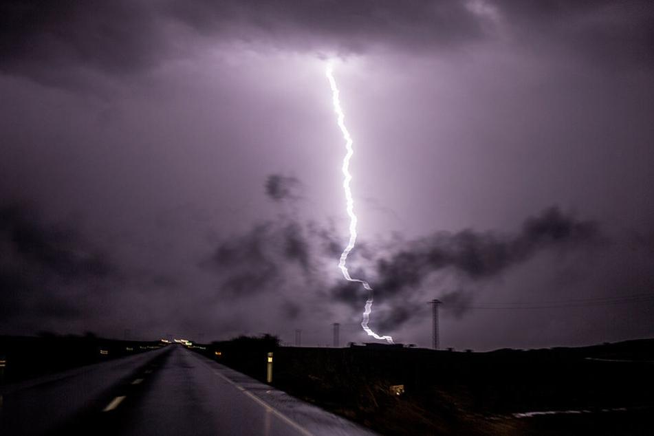 Die Frau wurde vom Blitz getroffen und durch die Luft geschleudert. (Symbolbild)
