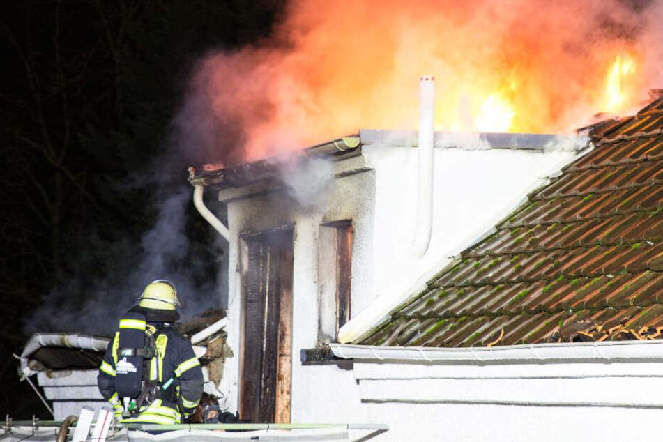 Wie das Foto zeigt, schlugen hohe Flammen aus dem Dach des Hauses in Mainz-Kastel.