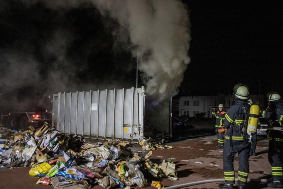 Rauch dringt aus einem Müllcontainer.