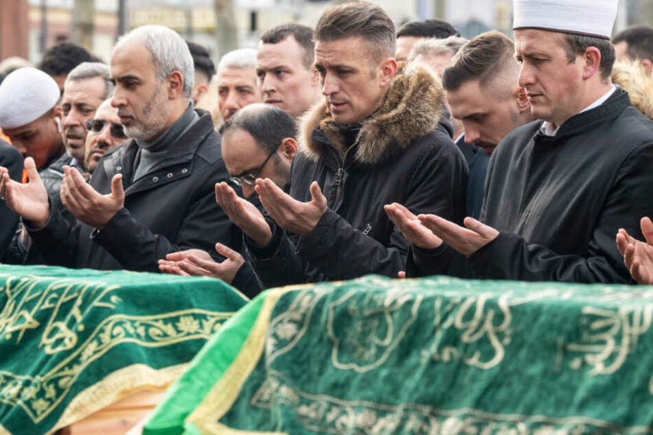 Mit einem muslimischen Totengebet an den Särgen der Opfer nahmen Menschen auf dem Marktplatz von Hanau Abschied.