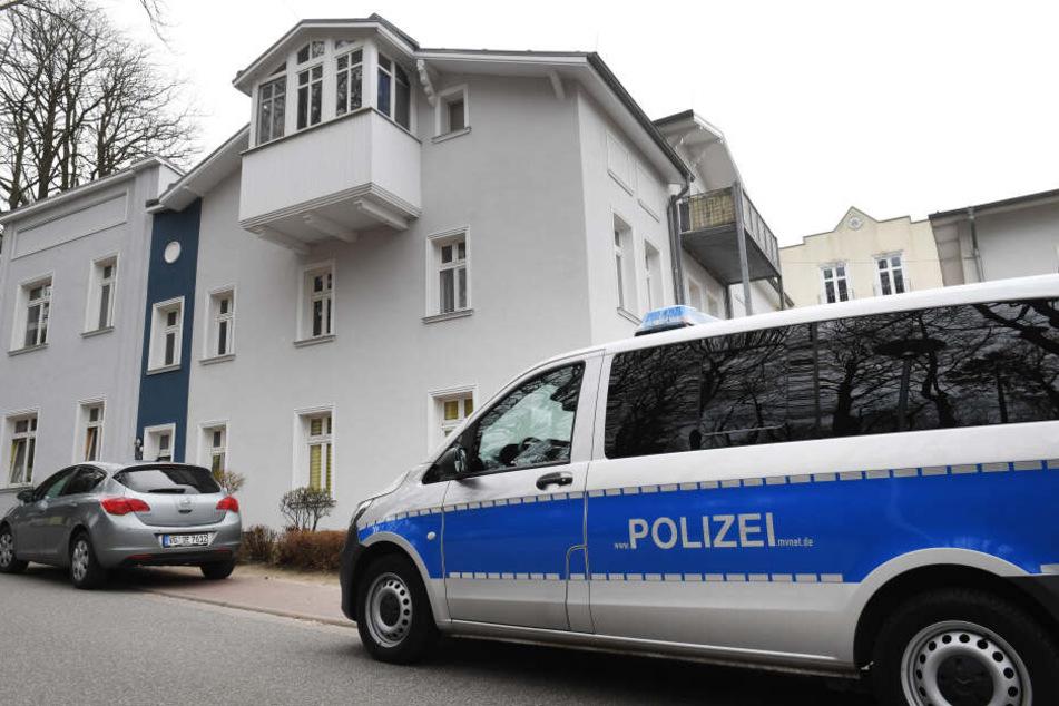 Ein Polizeiauto parkt vor dem Haus der getöteten Maria (†18).
