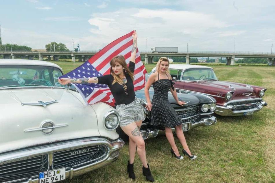 Die schönste Aussicht auf die US Car Convention: Sarah (27, l.) und Katja  (27) vor aufgemotzten Straßenkreuzern.