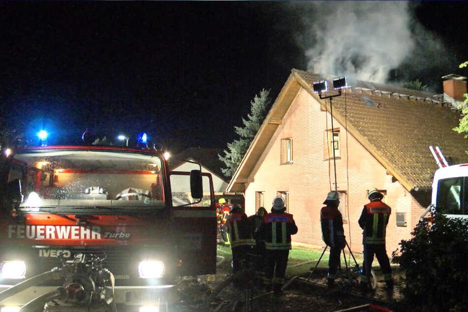 Über dem brennenden Dachstuhl stiegen dicke Rauchschwaden auf.