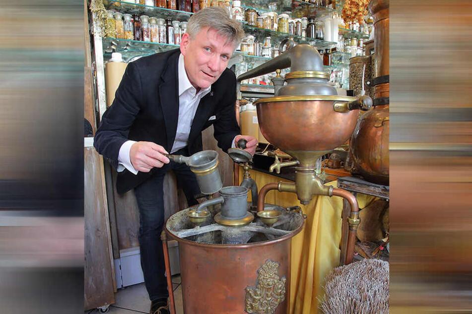 Parfümeur Uwe Herrich (57) präsentiert stolz seinen alten Destillier-Apparat aus dem Leo-Laboratorium.