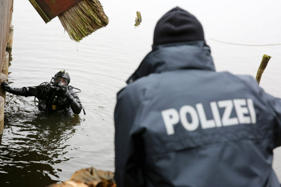 Die Polizei suchte mit Tauchern nach der vermissten Frau. (Symbolbild)