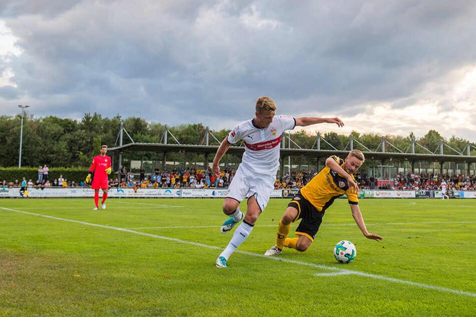 Über Dynamo ziehen die dunklen (Testspiel-)Wolken weg. Auf dem Rasen duellierte sich Lucas Röser (r.) mit Alexander Groiß?
